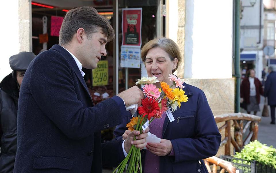 O dia da Mulher com entrega de uma flor